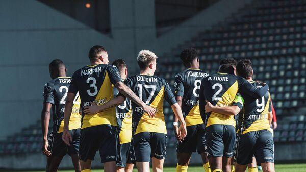 Футболисты Монако поздравляют Александра Головина с забитым мячом