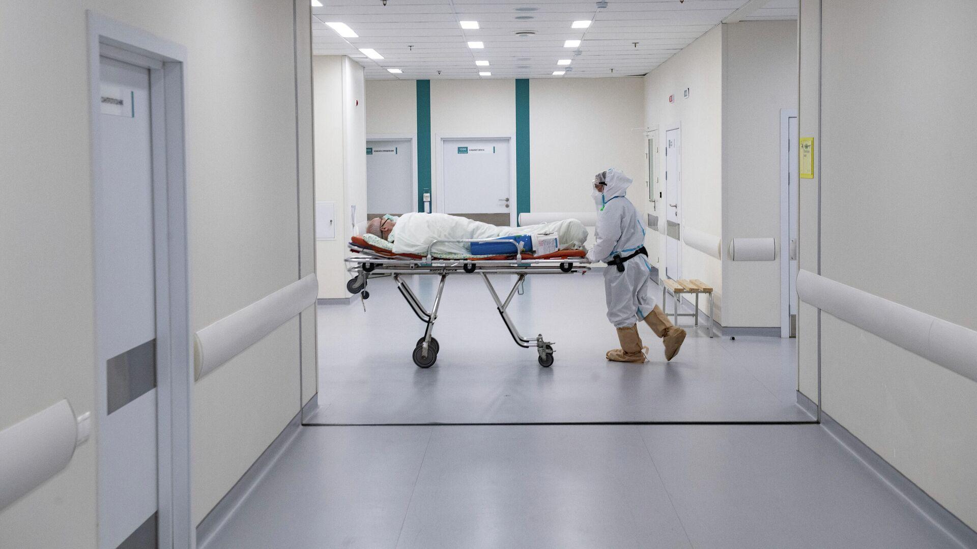 Врач перевозит пациента в городской клинической больнице №40 в Москве - РИА Новости, 1920, 03.03.2021