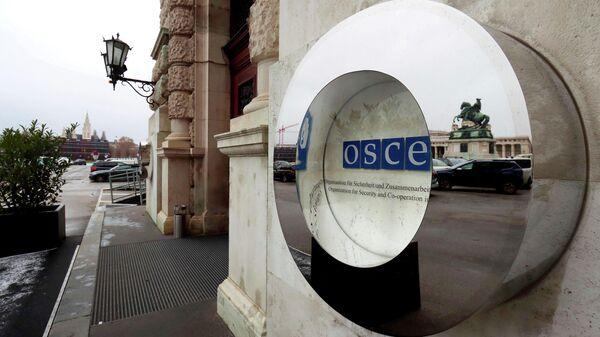 Вход и логотип Организации по безопасности и сотрудничеству в Европе (ОБСЕ) во дворце Хофбург в Вене