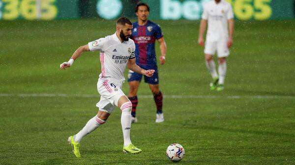 Нападающий мадридского Реала Карим Бензема в матче Примеры