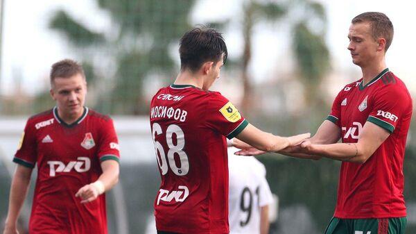 Футболисты Локомотива во время контрольного матча