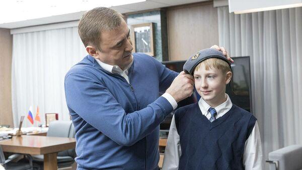 Дюмин подарил школьнику свой берет командира сил спецопераций
