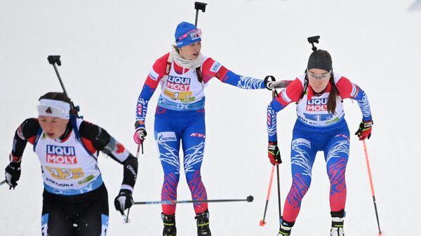 Справа-налево: Ульяна Кайшева и Светлана Миронова (Россия) на дистанции смешанной эстафеты на чемпионате мира по биатлону в словенской Поклюке.