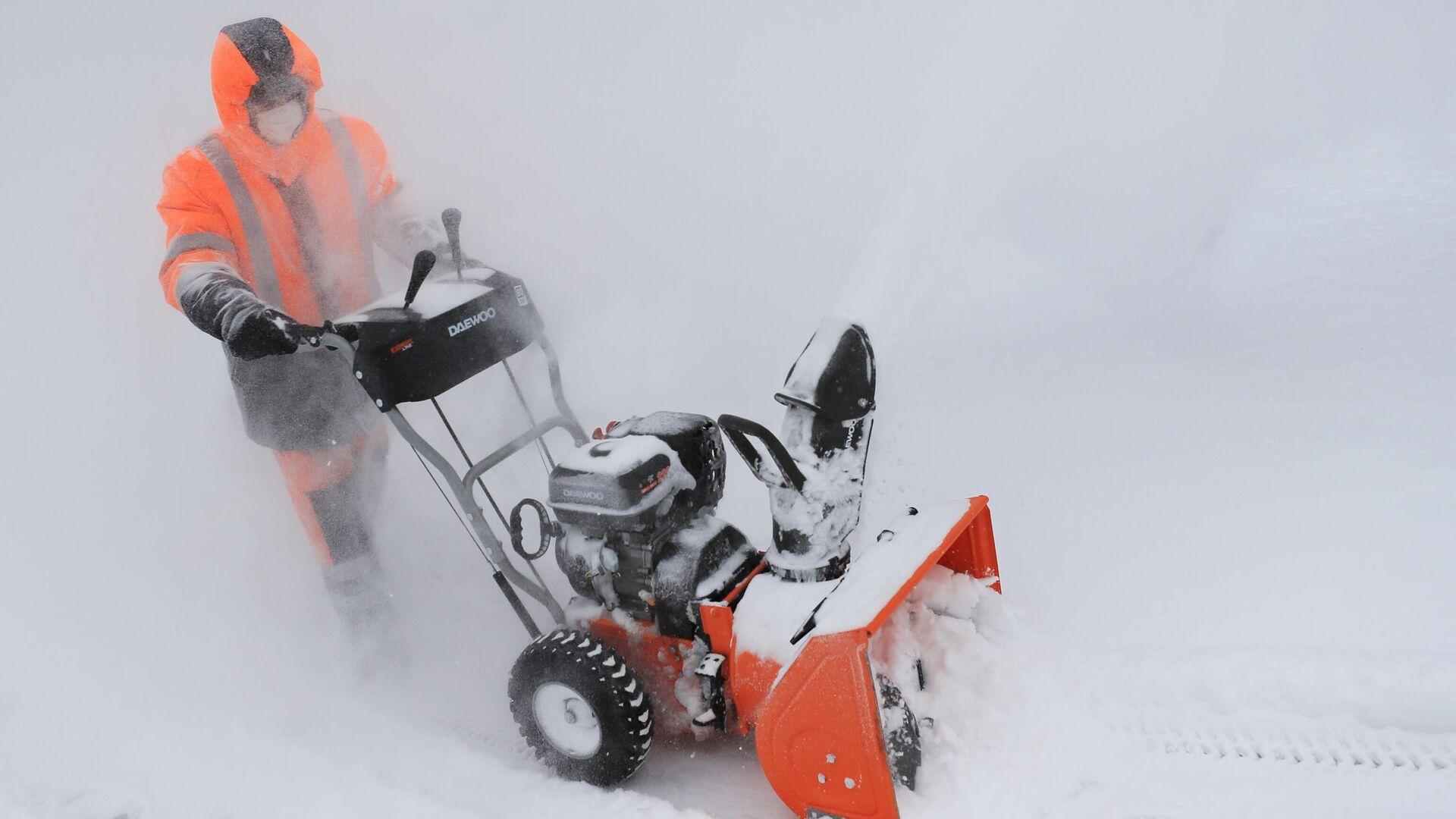 Сотрудник коммунальной службы убирает снег в Москве - РИА Новости, 1920, 12.02.2021