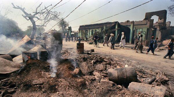 На одной из улиц освобожденного от душманов города Кундуза. Республика Афганистан