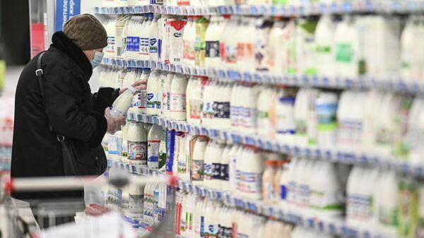 Покупатель в отделе молочных продуктов