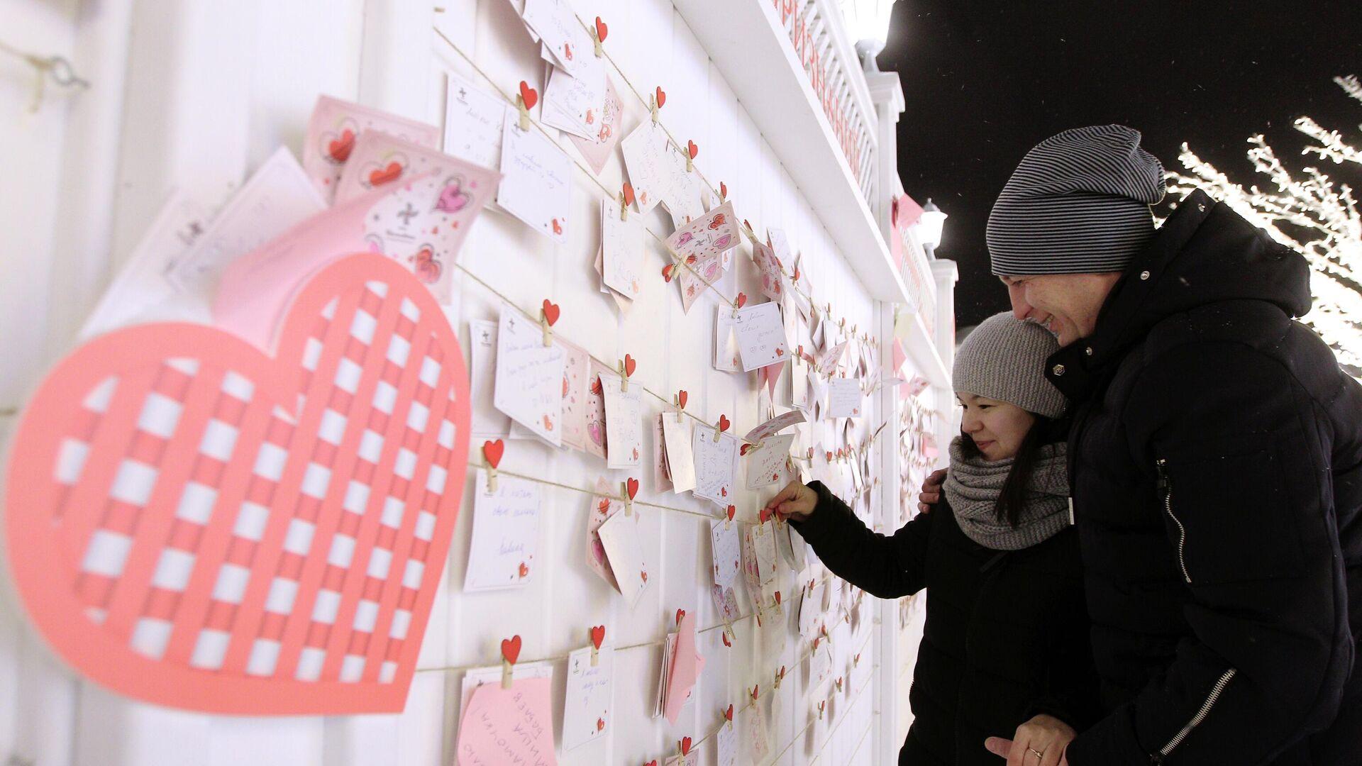 Молодые люди возле Стены признаний на Кремлевской набережной, где открыли Аллею влюбленных в городе Казань - РИА Новости, 1920, 13.02.2021