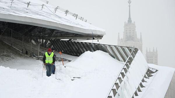Сотрудники коммунальных служб убирают снег в природно-ландшафтном парке Зарядье в Москве