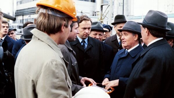 Генеральный секретарь ЦК КПСС Михаил Горбачев на Самотлорском месторождении нефти в Нижневартовске