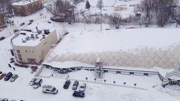 Крыша надувного корта в Щелково прогнулась под снегом. Кадры МЧС