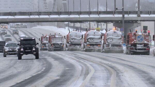 Работа снегоуборочной техники на Зубовском бульваре в Москве