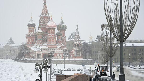 Уборка снега на Большом Москворецком мосту в Москве