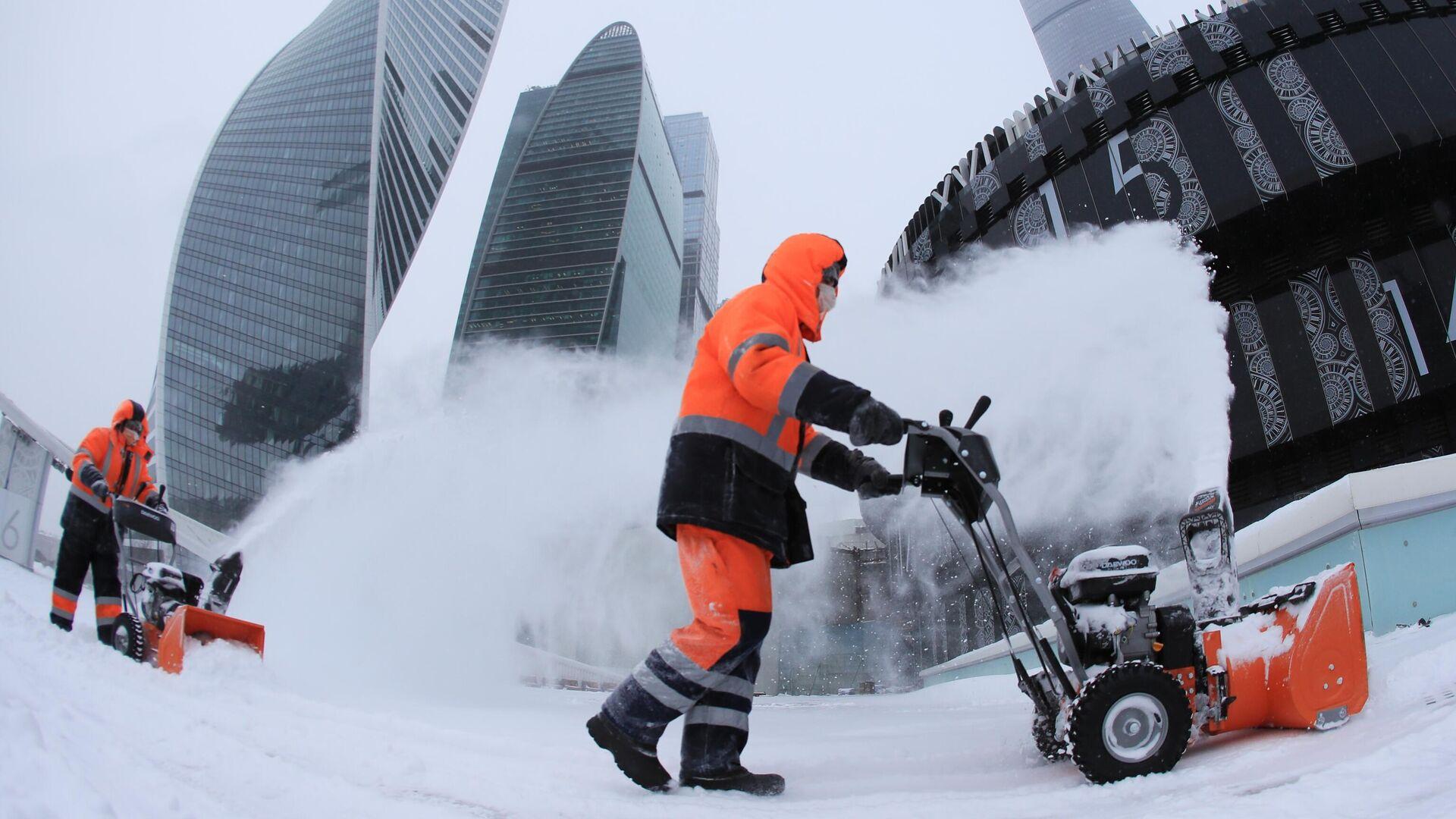 Сотрудники коммунальной службы убирают снег с площади у делового центра Москва-сити - РИА Новости, 1920, 13.02.2021