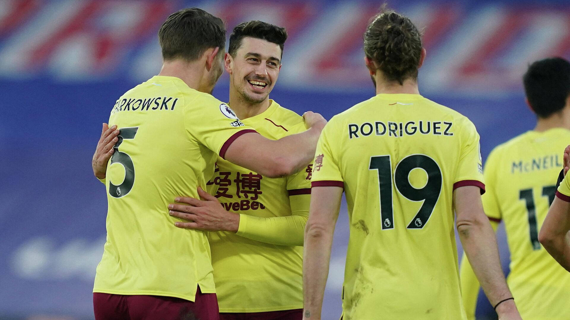 Burnley's English defender Matthew Lowton (C) gestures with teammates at the final whistle  during the English Premier League football match between Crystal Palace and Burnley at Selhurst Park in south London on February 13, 2021. (Photo by John Walton / POOL / AFP) / RESTRICTED TO EDITORIAL USE. No use with unauthorized audio, video, data, fixture lists, club/league logos or 'live' services. Online in-match use limited to 120 images. An additional 40 images may be used in extra time. No video emulation. Social media in-match use limited to 120 images. An additional 40 images may be used in extra time. No use in betting publications, games or single club/league/player publications. /  - РИА Новости, 1920, 13.02.2021