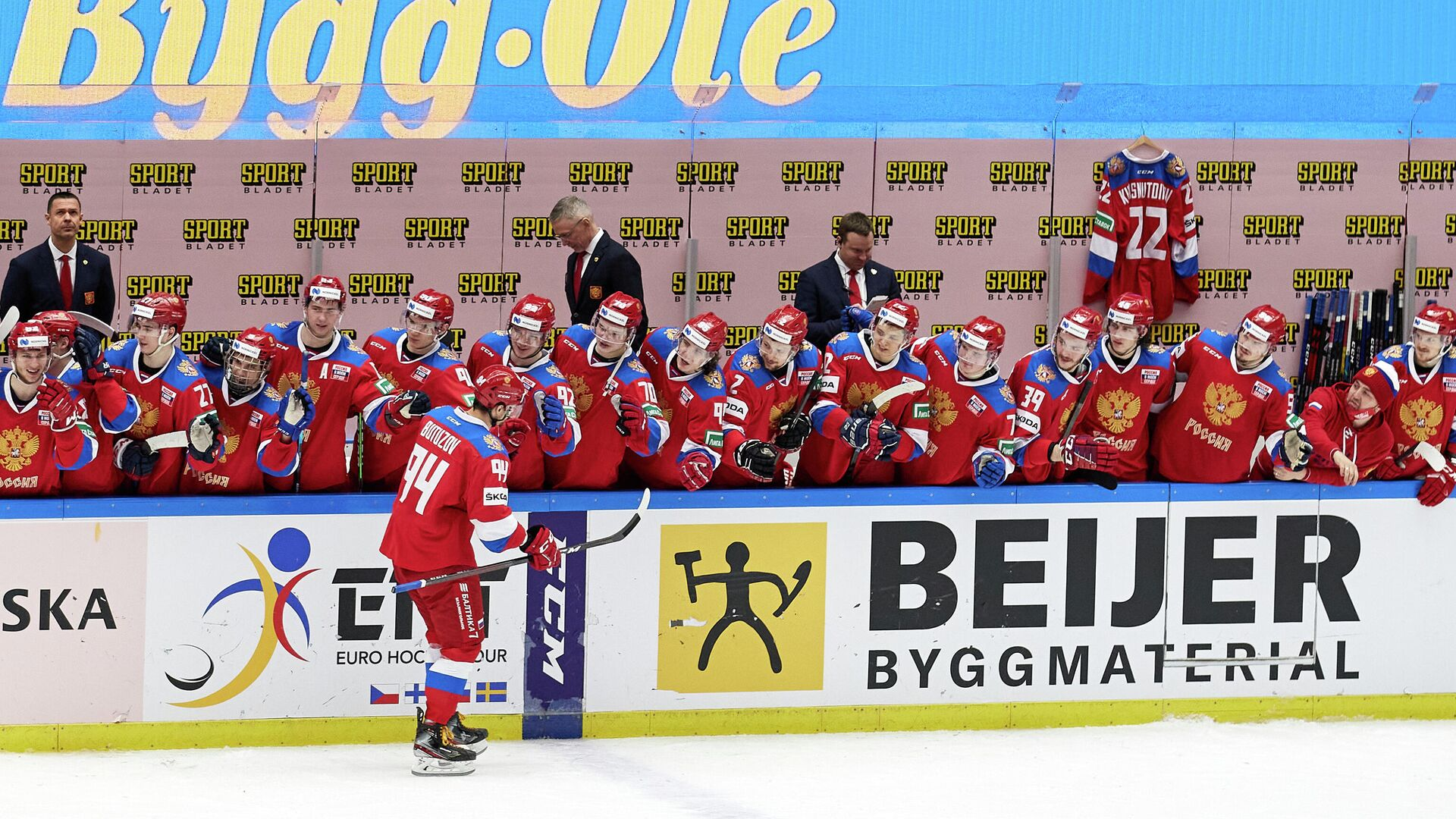 Ice Hockey - Beijer Hockey Games - Sweden v Russia - Malmo Arena, Malmo, Sweden - February 13, 2021 Russia's Vladimir Butuzov celebrates with teammates after scoring a penalty TT News Agency via REUTERS/Anders Bjuro/tt THIS IMAGE HAS BEEN SUPPLIED BY A THIRD PARTY. IT IS DISTRIBUTED, EXACTLY AS RECEIVED BY REUTERS, AS A SERVICE TO CLIENTS. SWEDEN OUT. NO COMMERCIAL OR EDITORIAL SALES IN SWEDEN.. - РИА Новости, 1920, 13.02.2021