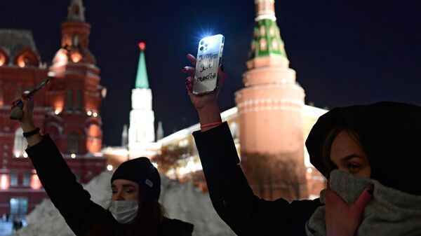 Участники флешмоба с включенными фонариками в Москве