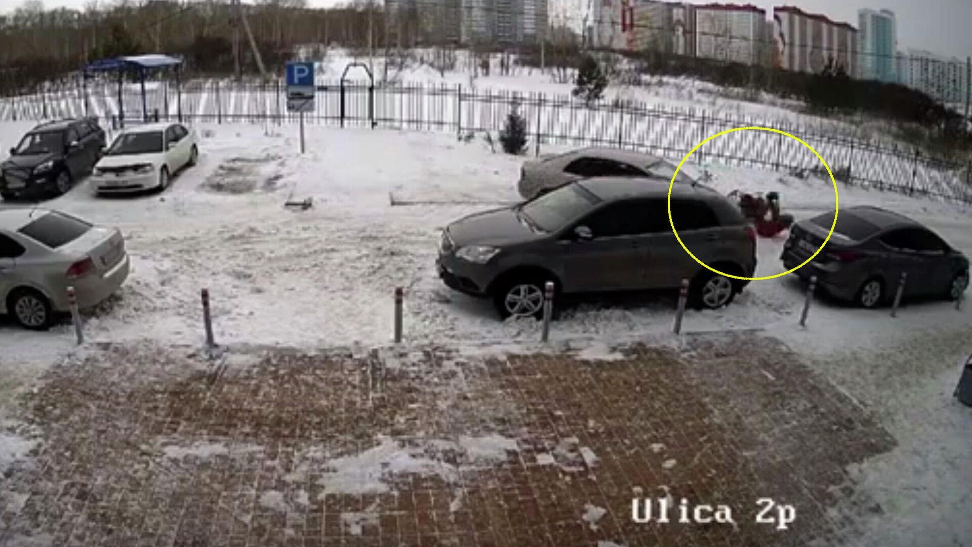 Момент наезда на женщину с коляской в Новосибирске. Кадр с камеры видеонаблюдения - РИА Новости, 1920, 16.02.2021
