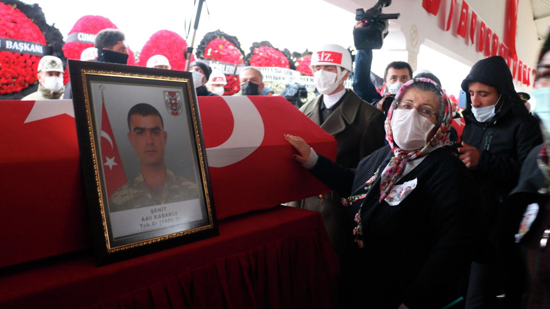 Похороны турецких граждан, которые были казнены боевиками Рабочей партии Курдистана (РПК) в Ираке - РИА Новости, 1920, 17.02.2021
