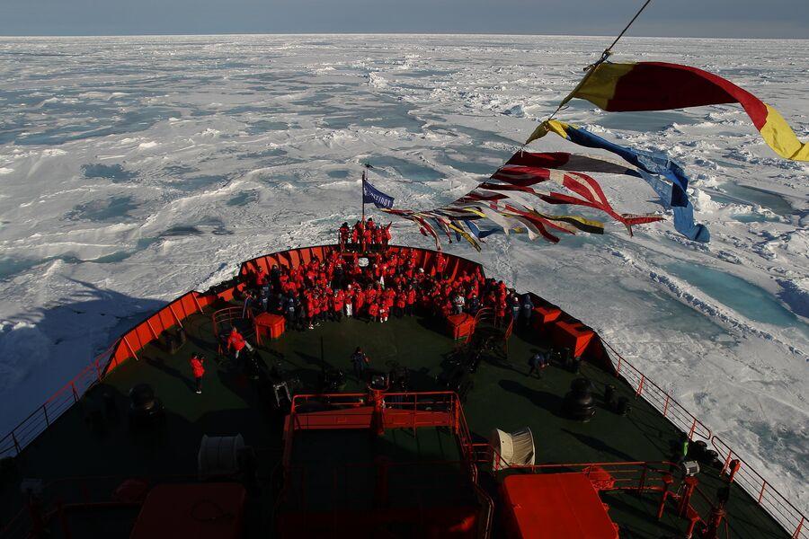 Туристы на атомном ледоколе 50 лет Победы на географическом Северном полюсе