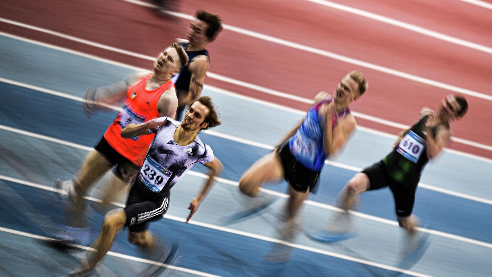Спортсмены во время соревнований в беге на дистанции 400 метров на чемпионате России по легкой атлетике в помещении в Москве. - РИА Новости, 1920, 17.02.2021