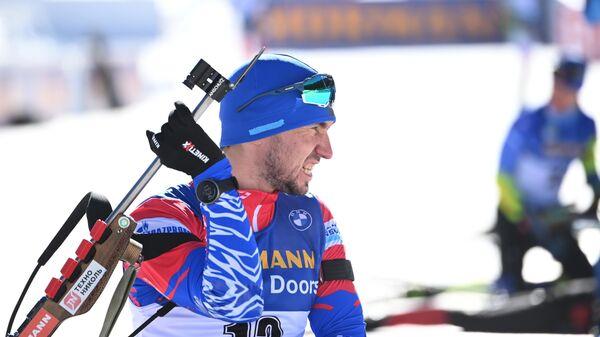 Александр Логинов на огневом рубеже во время пристрелки перед индивидуальной гонкой среди мужчин на чемпионате мира по биатлону 2021 в словенской Поклюке.