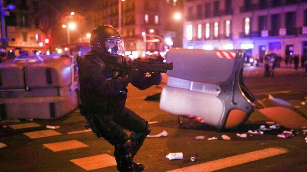 Сотрудник полиции во время акции протеста в поддержку рэпера Пабло Аселя в Барселоне