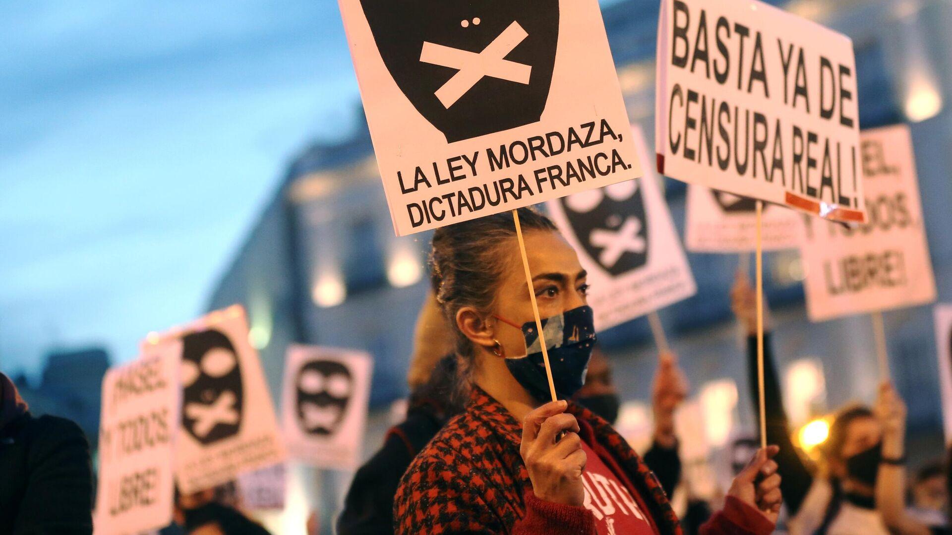 Участники акции протеста в поддержку рэпера Пабло Аселя, приговоренного к девяти месяцам заключения за оскорбление монархии и прославление леворадикального терроризма, на площади Пуэрта-дель-Соль в Мадриде - РИА Новости, 1920, 19.02.2021