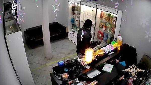 Преступник замаскировал вешалку под оружие и ограбил салон связи