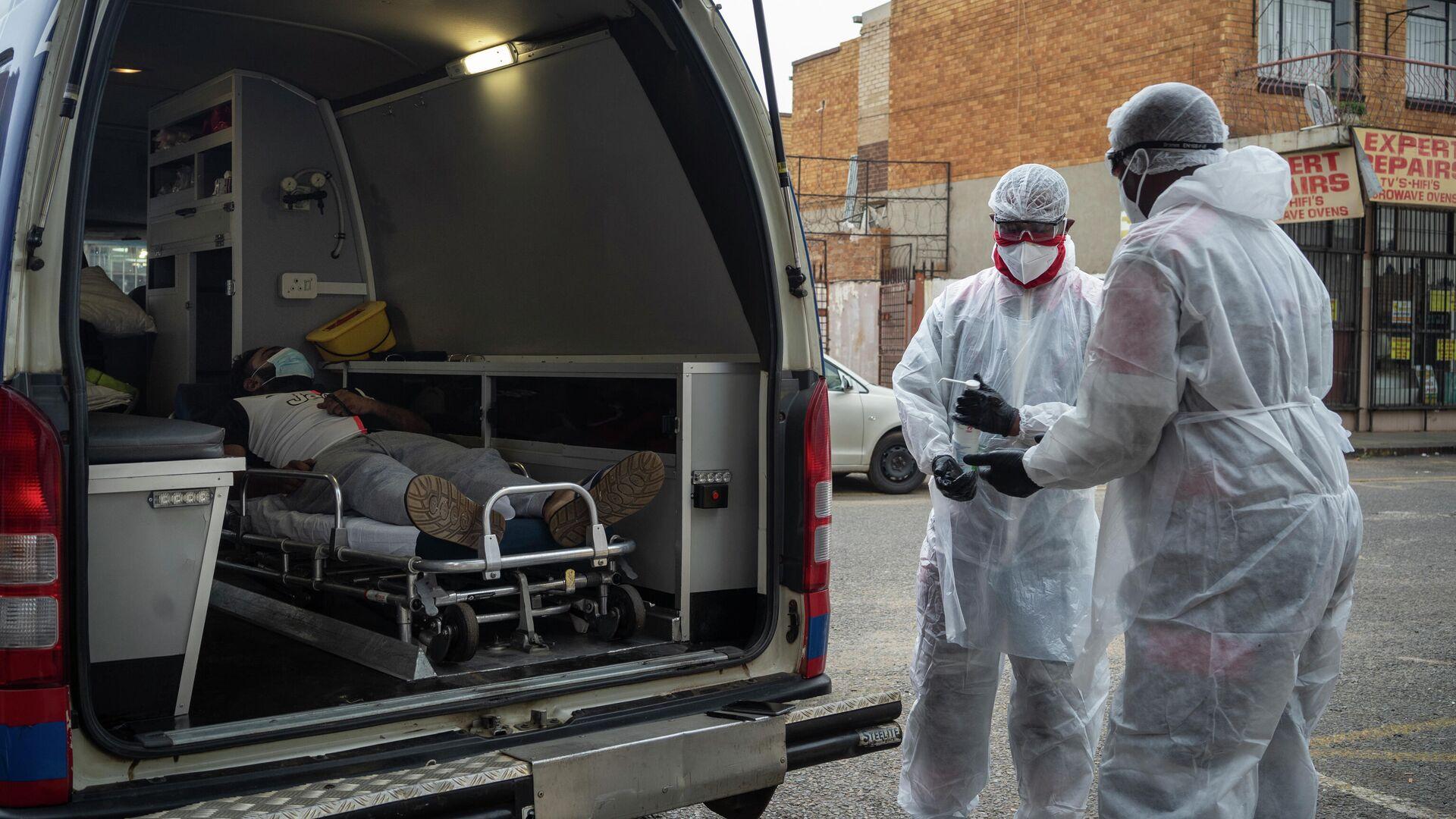 Врачи скорой помощи доставляют пациента с коронавирусом (COVID-19) в больницу Ленасии, Южная Африка - РИА Новости, 1920, 03.03.2021