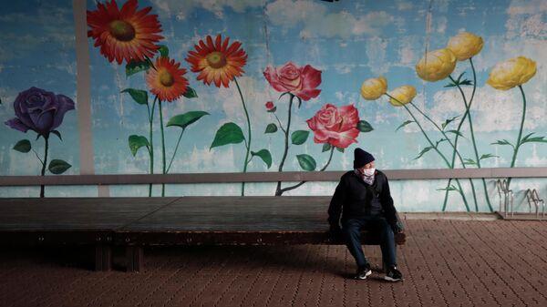 Мужчина в парке в Кояне, Южная Корея