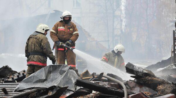Сотрудники МЧС ликвидируют пожар в Доме культуры