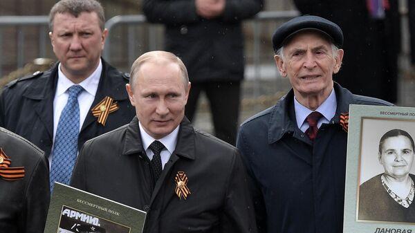 Президент РФ Владимир Путин и народный артист СССР Василий Лановой во время шествия патриотической акции Бессмертный полк