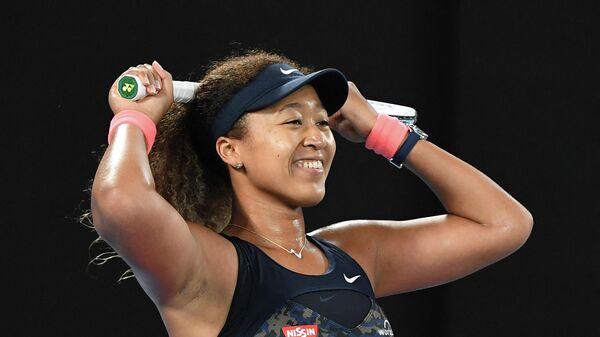 Наоми Осака празднует победу на Открытом чемпионате Австралии по теннису.
