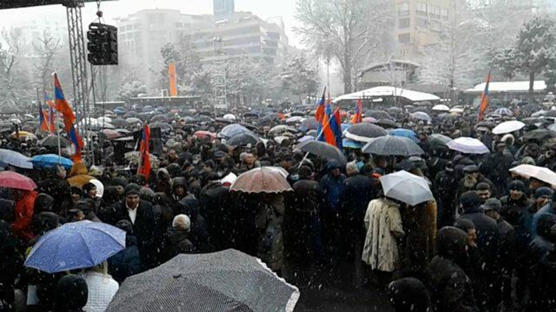 Требующие отставки Пашиняна митингуют под снегом с дождем - РИА Новости, 1920, 20.02.2021