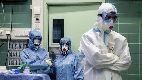 Медицинские работники в НИИ скорой помощи им. Н. В. Склифосовского в Москве, где проходят лечение пациенты c COVID-19