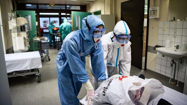 Медицинские работники в приемном отделении НИИ скорой помощи им. Н. В. Склифосовского в Москве, где проходят лечение пациенты c COVID-19