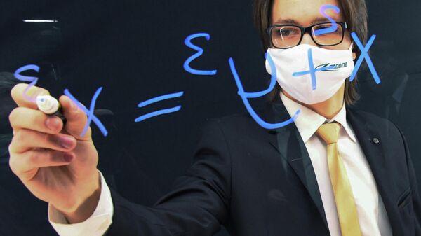 Преподаватель во время занятий в видеостудии для дистанционного обучения студентов