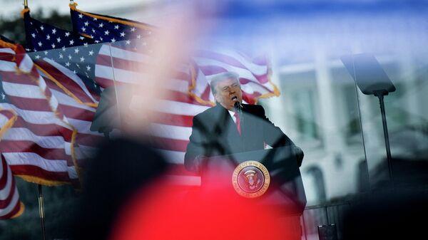 Бывший президент США Дональд Трамп во время выступления возле Белого дома в Вашингтоне