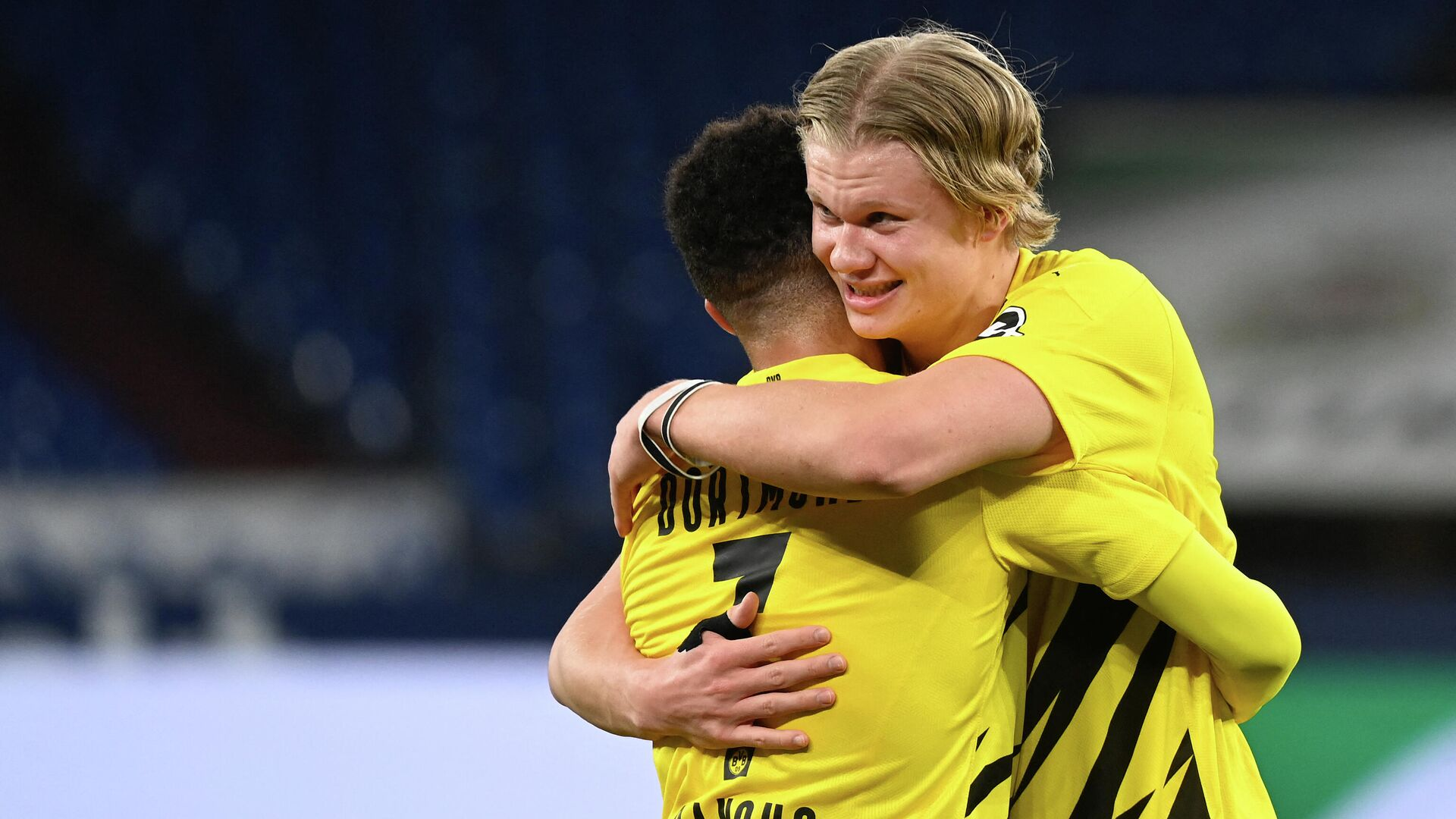Dortmund's Norwegian forward Erling Braut Haaland (R) celebrates with Dortmund's English midfielder Jude Bellingham after the German first division Bundesliga football match FC Schalke 04 vs Borussia Dortmund in Gelsenkirchen, western Germany, on February 20, 2021. - Dortmund won the match 4-0. (Photo by Ina Fassbender / various sources / AFP) / RESTRICTIONS: DFL REGULATIONS PROHIBIT ANY USE OF PHOTOGRAPHS AS IMAGE SEQUENCES AND/OR QUASI-VIDEO - РИА Новости, 1920, 20.02.2021