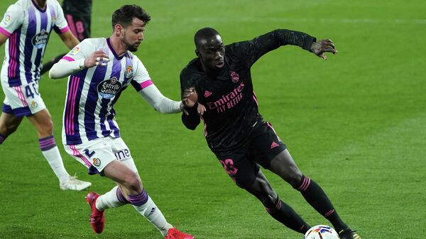 Real Madrid's French defender Mendy (R) vies with Real Valladolid's Spanish defender Luis Perez  during the Spanish league football match between Real Valladolid FC and Real Madrid CF at the Jose Zorilla stadium in Valladolid on February 20, 2021. (Photo by Cesar Manso / AFP)