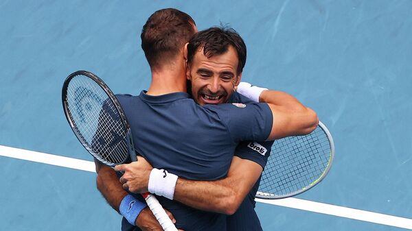 Теннисисты Иван Додиг и Филип Полашек празднуют победу на Australian Open.