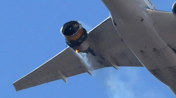 Рейс UA328 United Airlines возвращается в международный аэропорт Денвера с горящим двигателем