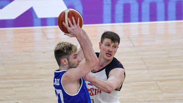 Игрок сборной Эстонии Кристиан Кулламае (слева) и игрок сборной России Андрей Воронцевич в матче группового этапа квалификации чемпионата Европы по баскетболу среди мужчин 2022 между сборными командами России и Эстонии.