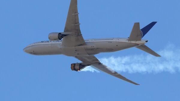 Самолет Boeing 777 компании United Airlines возвращается в международный аэропорт Денвера с горящим двигателем