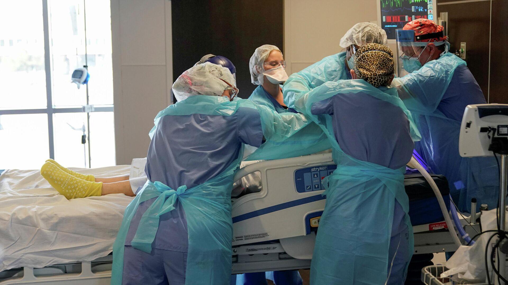 Медицинская бригада в отделении интенсивной терапии для пациентов с коронавирусом (COVID-19) больницы SSM Health St. Anthony в Оклахома-Сити, СЩА - РИА Новости, 1920, 01.03.2021