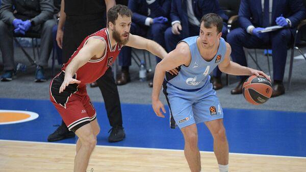Игрок Олимпии Серхио Родригес (слева) и игрок Зенита Кевин Пангос в матче 25-го тура регулярного чемпионата мужской баскетбольной Евролиги сезона 2020/2021 между БК Зенит (Санкт-Петербурга, Россия) и БК Олимпия (Милан, Италия).