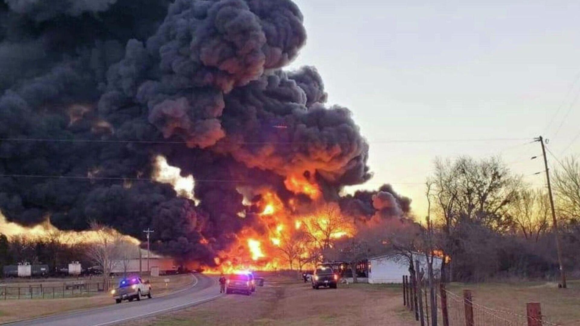 В Техасе при столкновении поезда с грузовиков прогремел взрыв