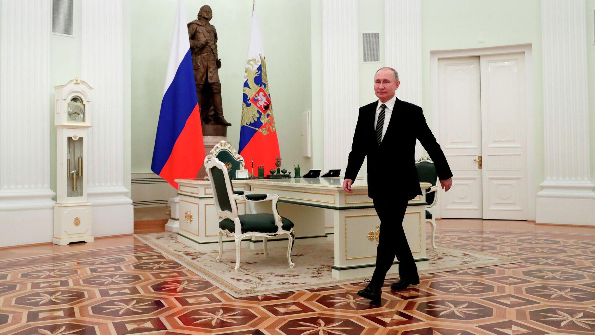 Президент РФ Владимир Путин перед началом встречи с президентом Киргизской Республики Садыром Жапаровым в Кремле - РИА Новости, 1920, 25.02.2021