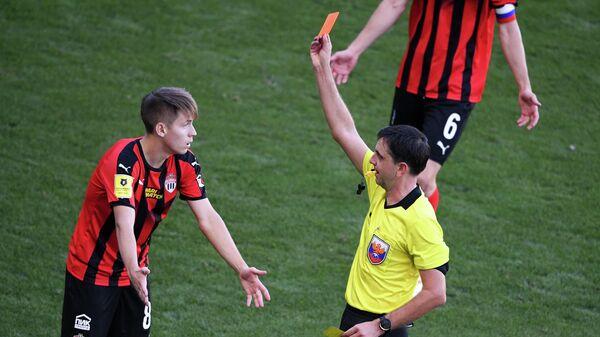 Главный судья Павел Кукуян (справа) показывает красную карточку игроку Химок