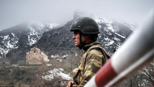 Военнослужащий Азербайджана на КПП  в Лачинском районе
